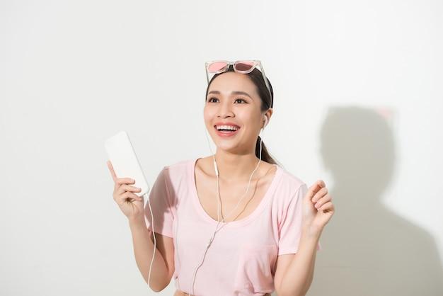 Mulher jovem usando o telefone para ouvir música