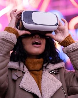 Mulher jovem usando óculos de realidade virtual