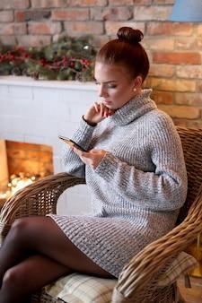 Mulher jovem usando smartphone em casa