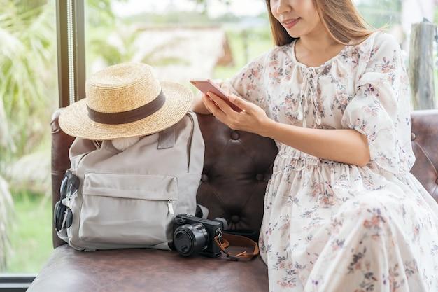 Mulher jovem usando smartphone em um café