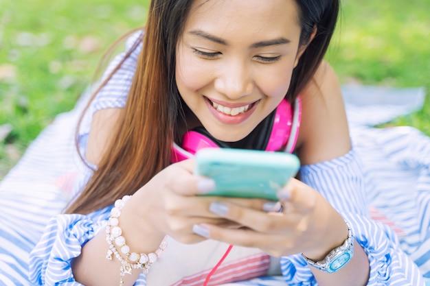 Mulher jovem, usando, smartphone, para, trabalhando