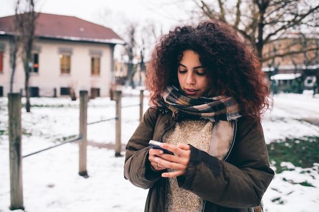 Mulher jovem, usando, smartphone