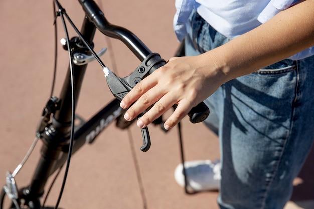 Mulher jovem usando sua bicicleta dobrável
