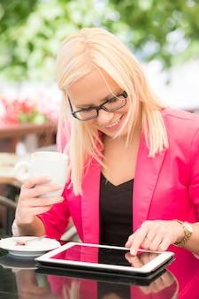 Mulher jovem, usando, tablete digital, em, café