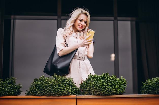 Mulher jovem, usando, telefone, exterior