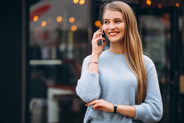 Mulher jovem, usando, telefone