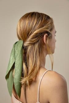 Mulher jovem usando um lenço como acessório de cabelo
