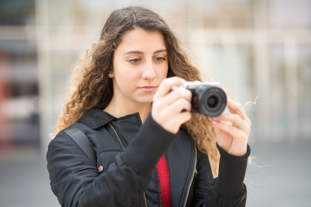 Mulher jovem, usando, um, mirrorless, câmera