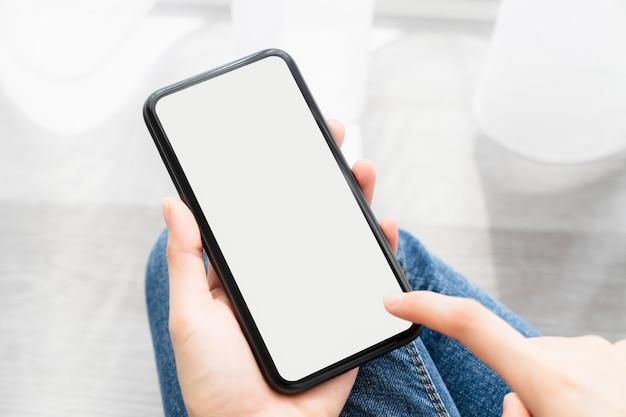 Mulher jovem usando um smartphone