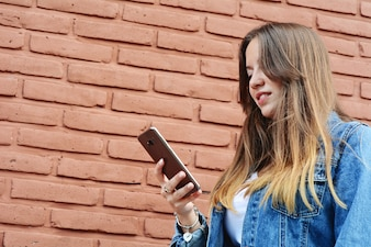Mulher jovem, usando, um, smartphone