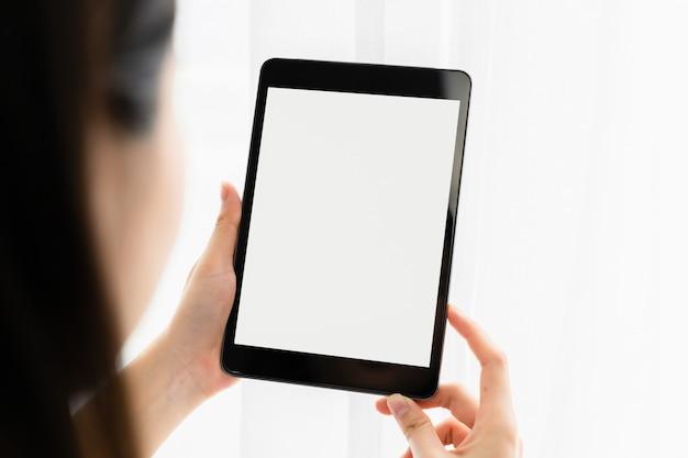 Mulher jovem usando um tablet digital