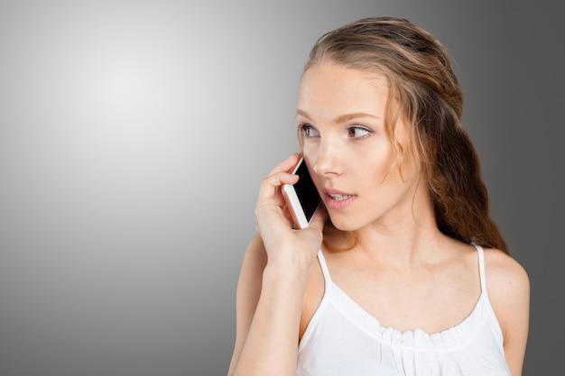 Mulher jovem, usando, um, telefone pilha