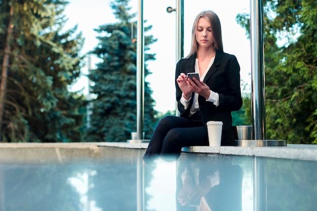 Mulher jovem, usando, um, telefone