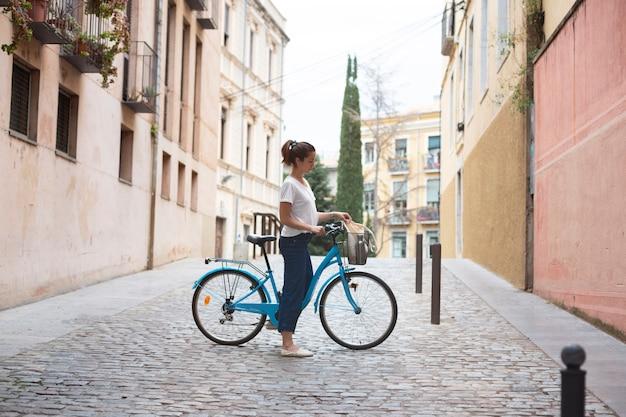 Mulher jovem usando uma forma ecológica de transporte