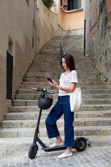 Mulher jovem usando uma scooter ecológica
