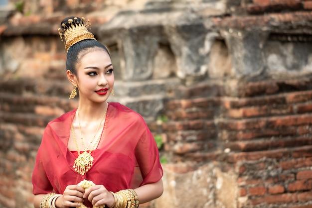 Mulher jovem vestida de rainha tailandesa