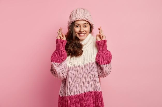 Mulher jovem vestindo roupas coloridas de inverno
