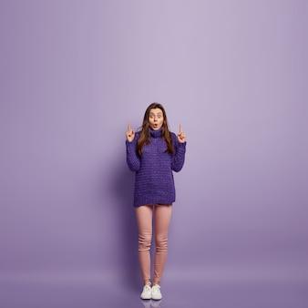 Mulher jovem vestindo roupas coloridas