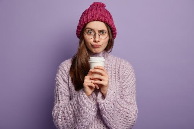 Mulher jovem vestindo roupas de inverno