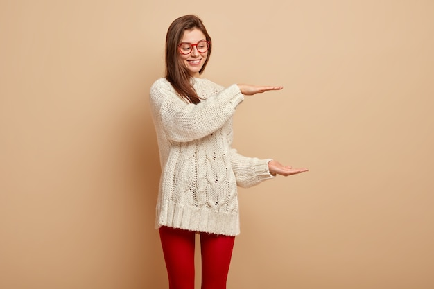 Mulher jovem vestindo suéter branco