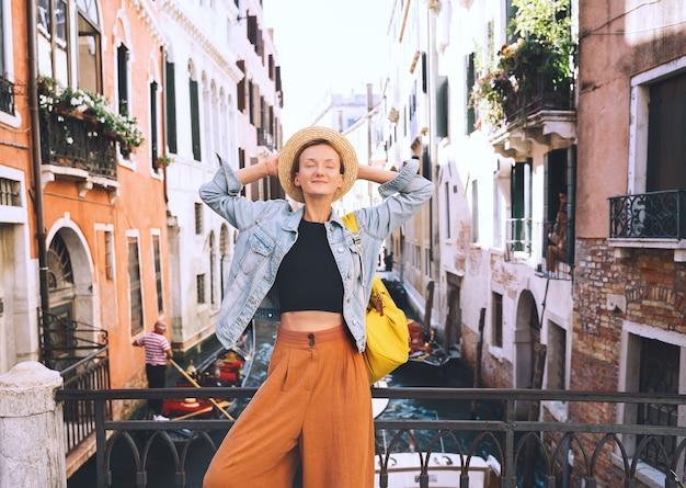 Mulher jovem viaja para itália férias na europa menina aprecia uma bela vista em veneza