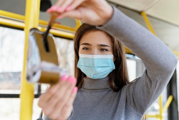 Mulher jovem viajando de ônibus urbano