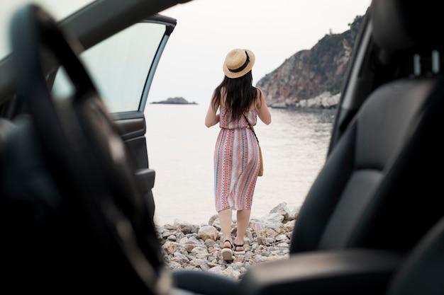 Mulher jovem viajando sozinha em montenegro