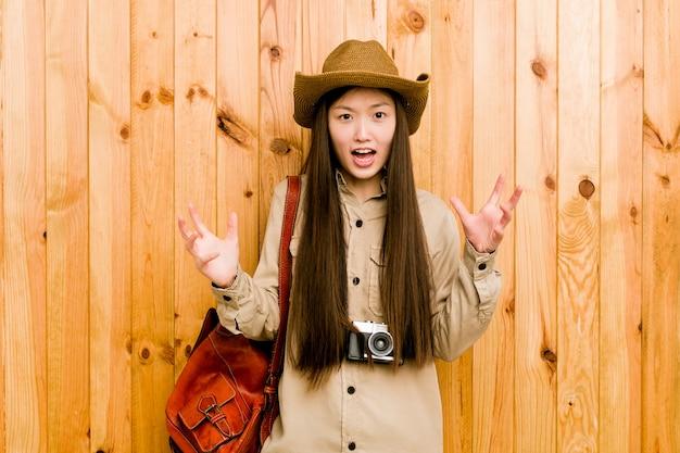 Mulher jovem viajante chinês gritando com raiva