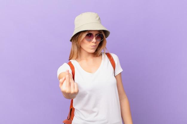 Mulher jovem viajante com raiva, irritada, rebelde e agressiva