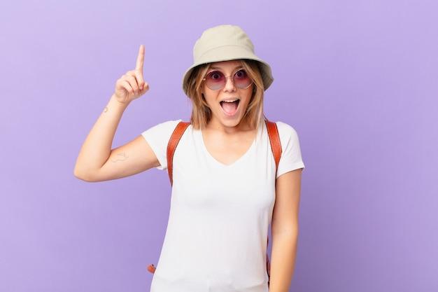 Mulher jovem viajante e turista se sentindo um gênio feliz e animado depois de realizar uma ideia