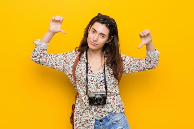 Mulher jovem viajante morena sente-se orgulhoso e auto-confiante, exemplo a seguir.