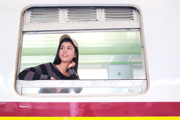 Mulher jovem viajante olhando pela janela