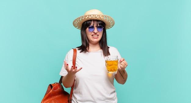Mulher jovem viajante parecendo zangada, irritada e frustrada, gritando wtf ou o que há de errado com você