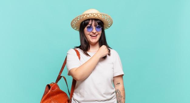 Mulher jovem viajante sentindo-se feliz, positiva e bem-sucedida, motivada para enfrentar um desafio ou comemorar bons resultados