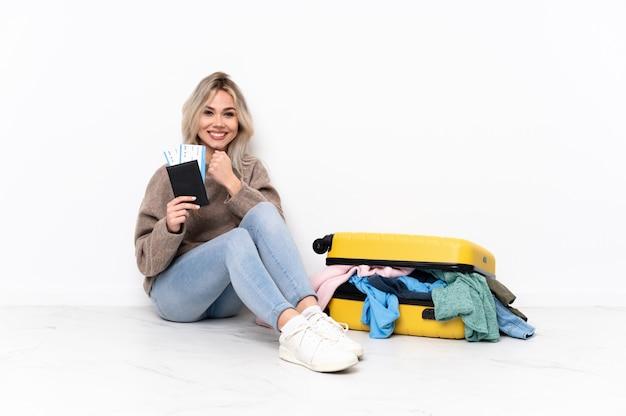 Mulher jovem viajante sobre parede isolada