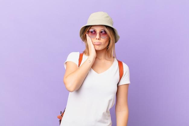 Mulher jovem viajante turista se sentindo entediada, frustrada e com sono após um período cansativo
