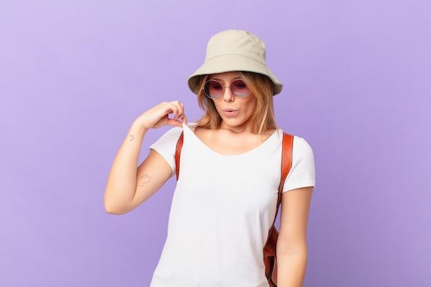 Mulher jovem viajante turista se sentindo estressada, ansiosa, cansada e frustrada