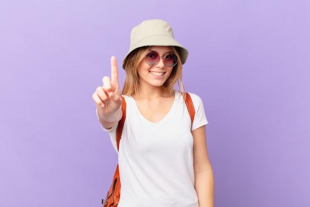 Mulher jovem viajante turista sorrindo com orgulho e confiança alcançando o primeiro lugar