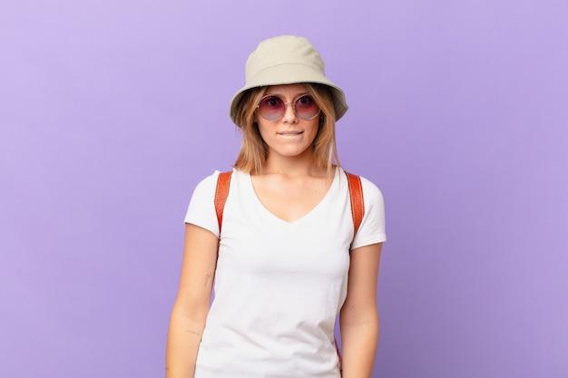 Mulher jovem viajante turística parecendo perplexa e confusa