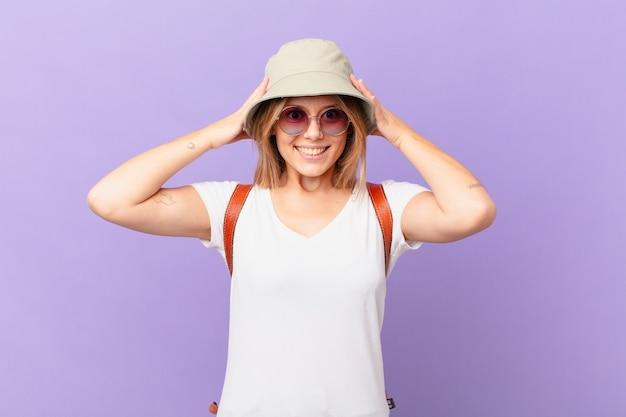 Mulher jovem viajante turística se sentindo estressada, ansiosa ou assustada com as mãos na cabeça