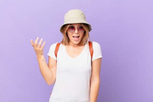 Mulher jovem viajante turística se sentindo feliz surpresa ao perceber uma solução ou ideia