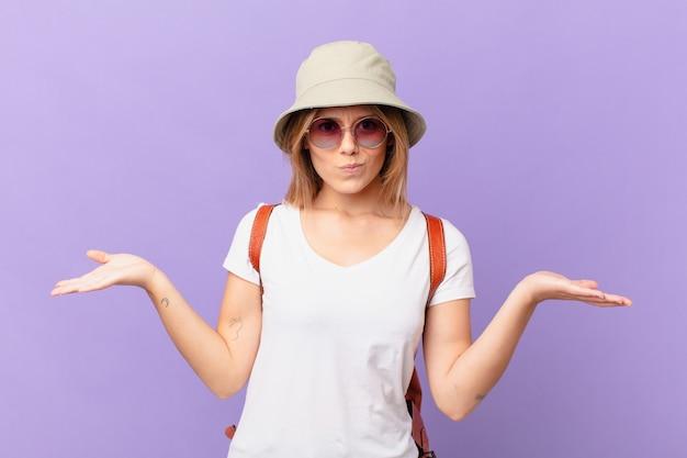 Mulher jovem viajante turística se sentindo perplexa, confusa e em dúvida