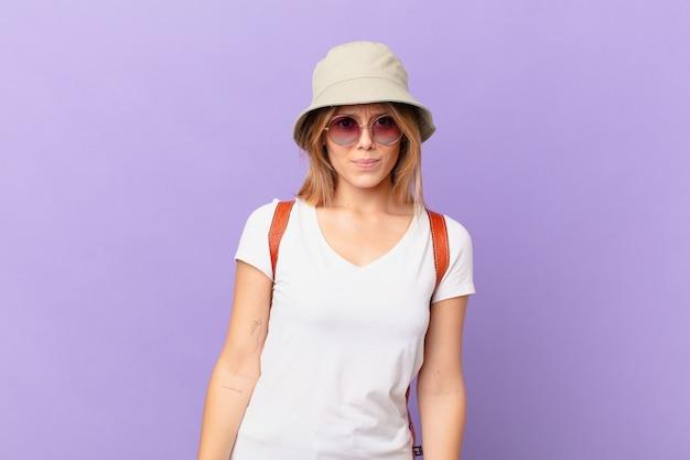 Mulher jovem viajante turística sentindo-se perplexa e confusa