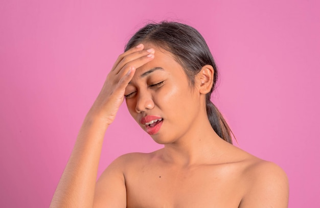 Mulher latin asiática nova saudável. emoticon diferente fêmea sobre um fundo cor-de-rosa.