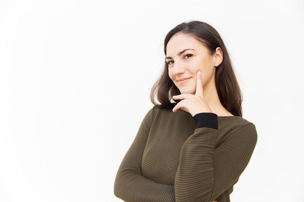 Mulher latina confiante positiva, tocando o queixo
