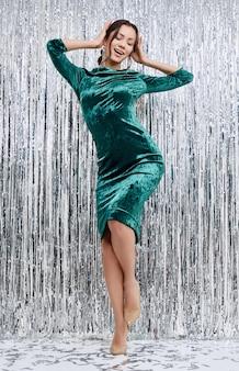 Mulher latina morena sensual elegante lindo usando vestido de moda