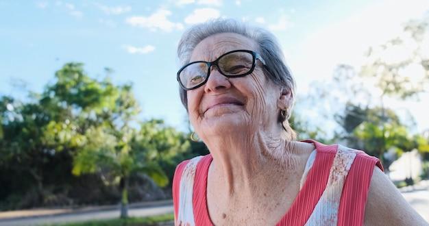 Mulher latina sorridente. mulher bonita sênior olhando para a câmera