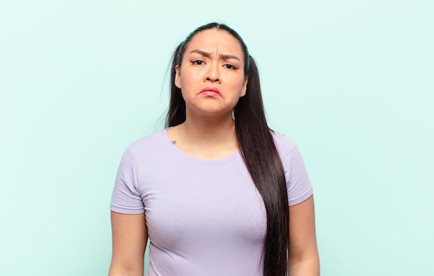 Mulher latina triste e chorona com uma expressão infeliz, chorando com uma atitude negativa e frustrada