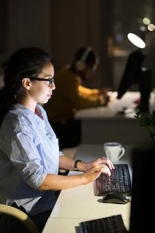 Mulher latino-americana trabalhando à noite