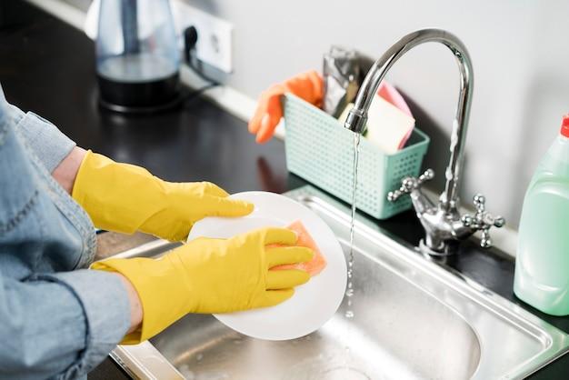 Mulher lavando a louça
